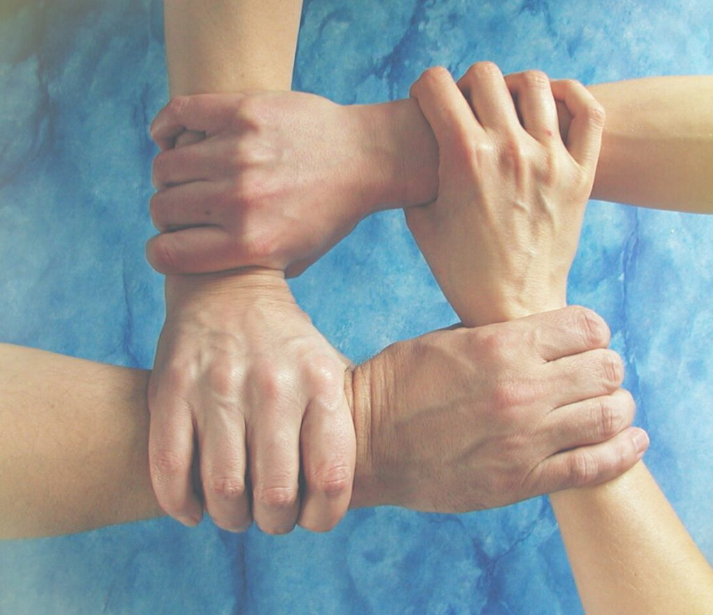 """Coaching einer Doppelspitze Wusstet Ihr schon, dass in immer mehr Unternehmen nicht mehr ein Einzelner an der Spitze, sondern zwei oder mehrere Verantwortliche stehen? Geschäftspartner, Paare, Familienmitglieder oder Vorstands- bzw. Geschäftsführungsgremien. Dies erzeugt zusätzlich Komplexität und Abstimmungsbedarf. Und neben den üblichen formalen Rollenbeziehungen der Beteiligten finden wir hier meist zusätzlich ein intensives informelles Beziehungsgeschehen auf einer persönlicheren Ebene zwischen den Beteiligten. Da der eine ohne den bzw. die anderen nicht wirklich handlungsfähig oder handlungsbefugt ist, führt es zu dem Zwang, paritätisch zu gemeinsamen Entscheidungen gelangen zu müssen. Zusammen genommen ist es eine besondere Herausforderung in der Regel für alle Beteiligten. Sie benötigen hier einen Coach, der die o.g. Situation aus eigener Anschauung kennt. Jemanden, der in solchen Organisationen und Konstellationen agiert hat. Know-how über Konfliktbehandlung in Organisationen wäre hier von Vorteil. Außerdem: Psychologisches Know-how. Auch jemand, der systemisch denken, fühlen, fragen kann: Welche Mechanismen wirken hier in der Interaktion der Beteiligten? Wie lassen sich diese thematisieren und überwinden? Pragmatischer Geschäftssinn ist natürlich auch erforderlich. Damit das Ganze Bodenhaftung hat. Themen, die wir bei COATRAIN® häufig bearbeiten, sind: Identifikation und Lösung destruktiver Beziehungsmuster zwischen den Beteiligten (z.B. so genannte Kollusionen) oder Teufelskreisen in der Kommunikation Bewusstmachung implizit vorhandener Rollenverteilungen; Entscheidung, ob es so weitergehen soll und wenn nein, wie dann Thematisierung und Behandlung von Konflikten oder """"Dauerkriegen"""": Identifikation der Konfliktgegenstände, Aufarbeitung der Konflikthistorie, Befriedung der Beziehungsebene, Finden von Lösungsansätzen Umgang mit auseinander driftenden Grundüberzeugungen oder tiefgehenden Werte- und Prinzipienkonflikten Umgang mit schwierigen Mitarbeitern, Sch"""